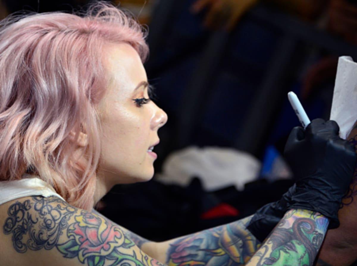 What tattoo do girl 70