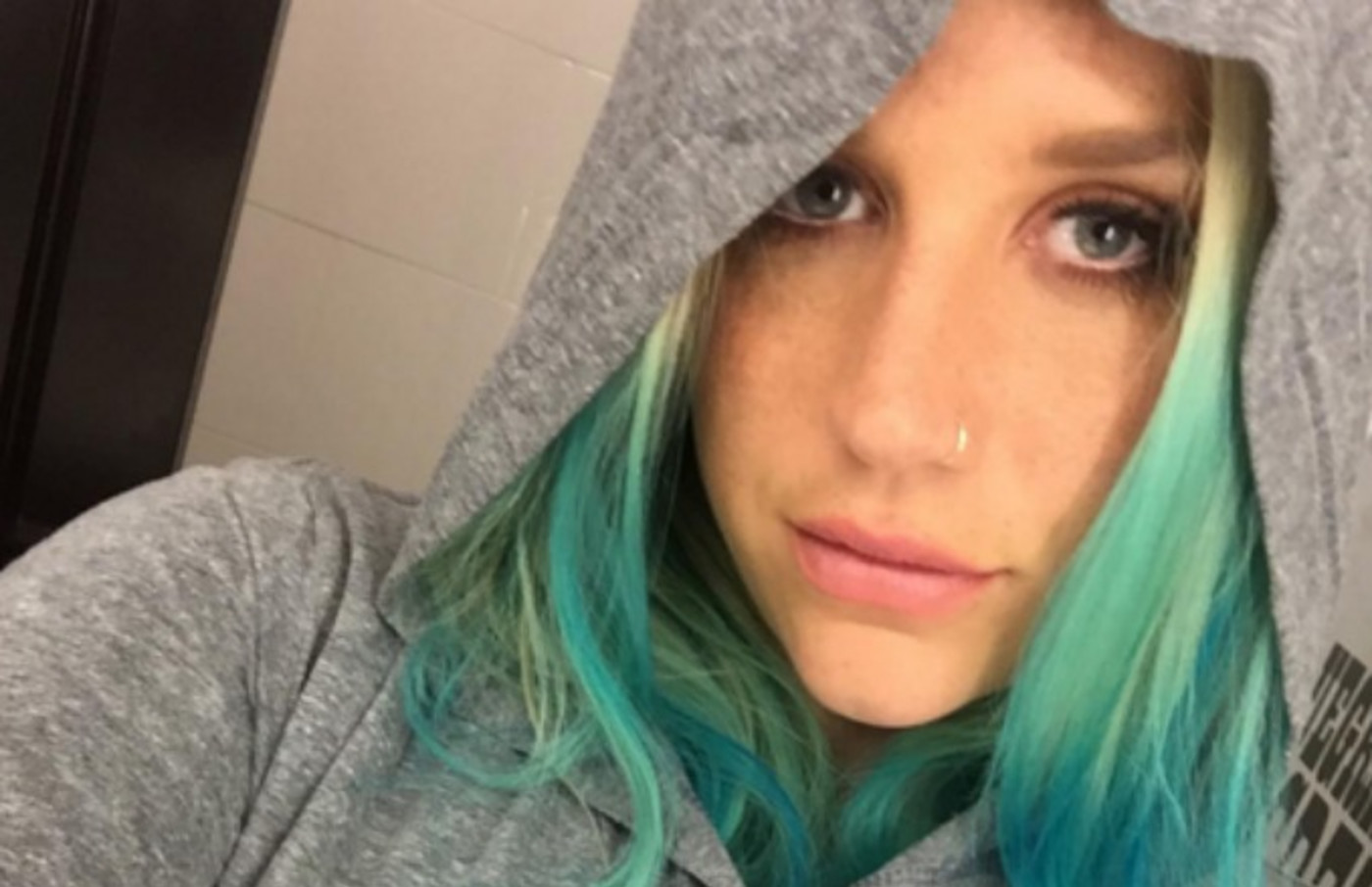 kesha-instagram-selfie-blue-hair