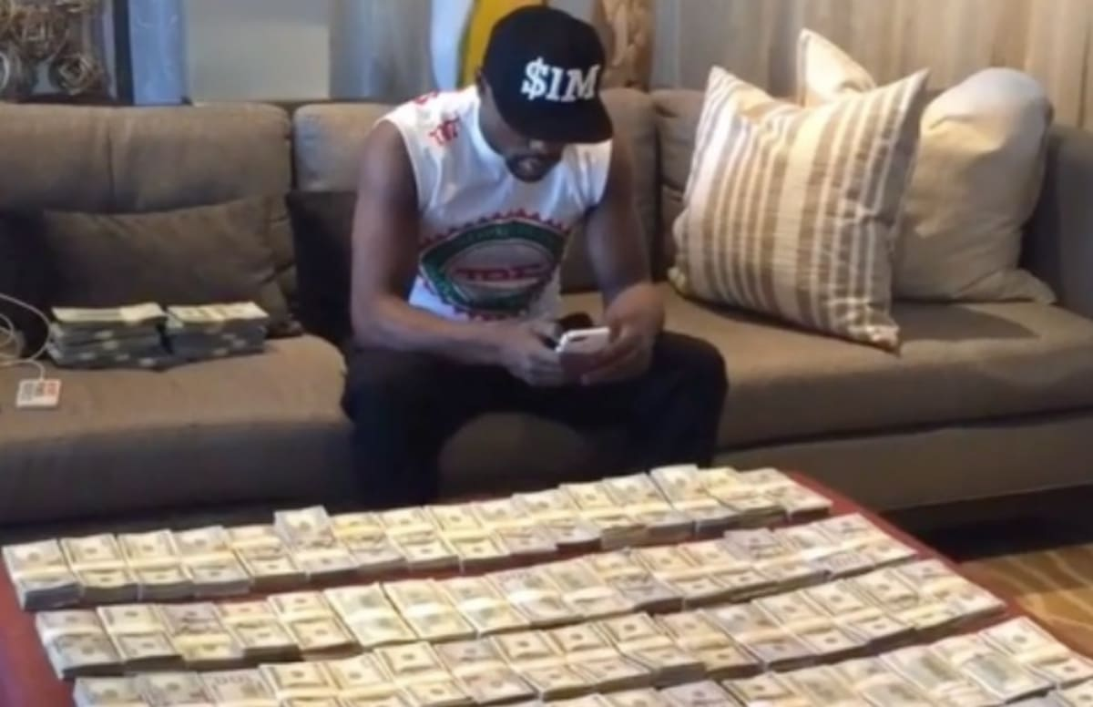 Floyd Mayweather Reminds Everyone He Makes 1 Million