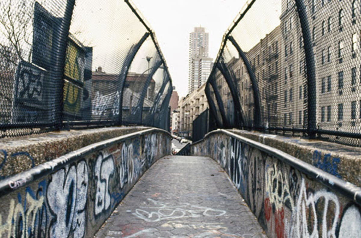 25 vintage photographs of new york city graffiti in the for 2pac mural new york