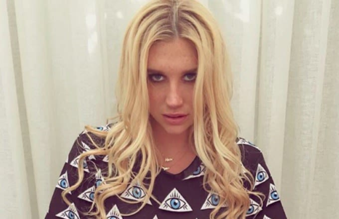 kesha-instagram-selfie-eye-t-shirt