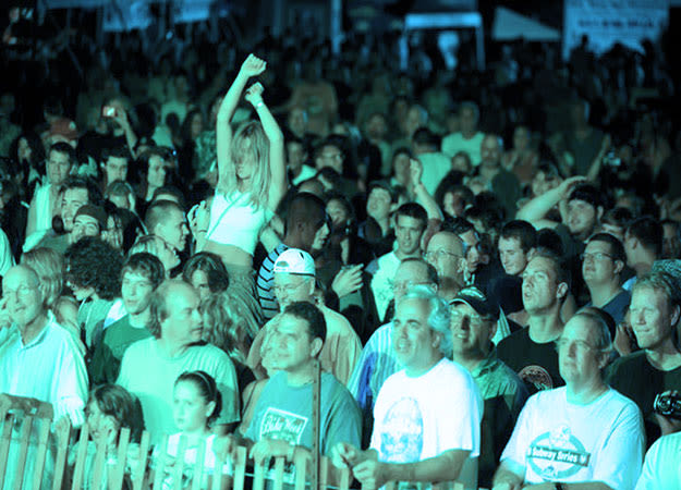 music-festival-crowd-li