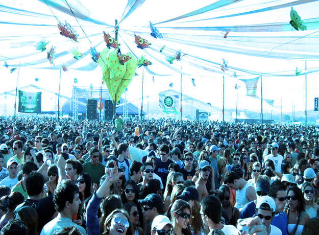 rave-crowd-li