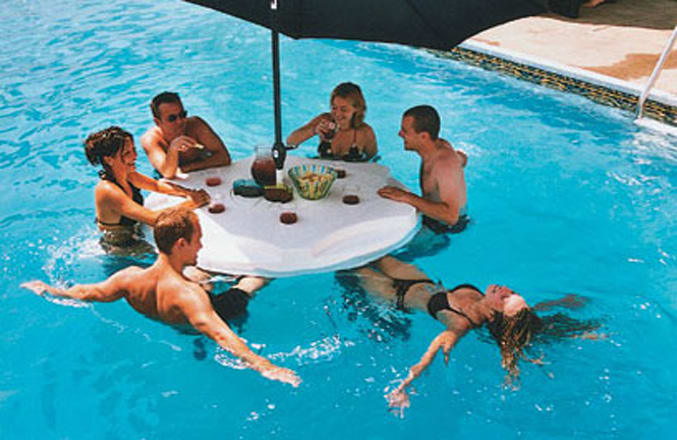 Floating bar the best floating designs for the summer for Bar gonflable piscine