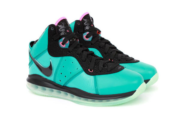 size 40 25b4d e6e07 The Nike LeBron line took a drastic turn in 2009, as new designer Jason  Petrie was able to incorporate Flywire as well as an all-new 360 Air sole.