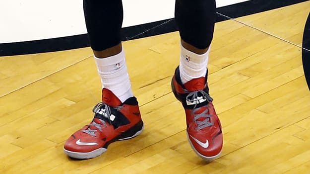 921a3d42c83dc LeBron James Goes Reverse Against Pacers In a PE the Nike Zoom Soldier VII