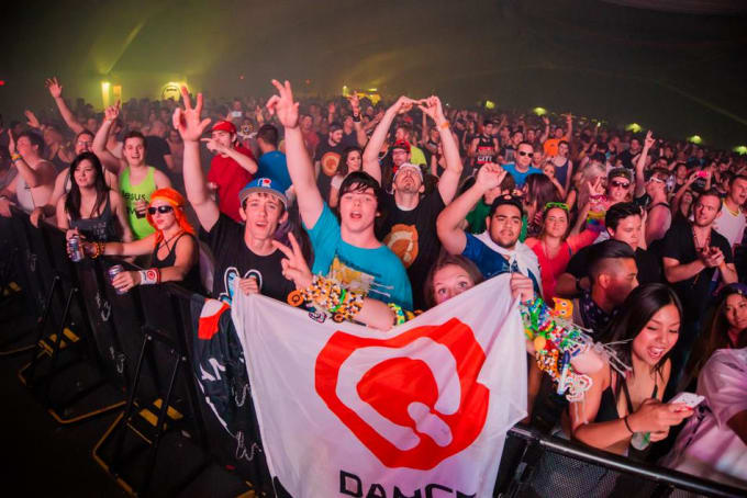 q-dance-banner-crowd