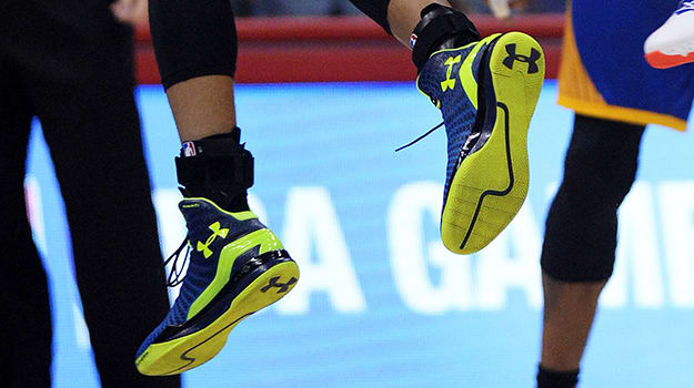 a2e4dff0d6c Stephen Curry Rolls with the Under Armour ClutchFit Drive Against the  Clippers