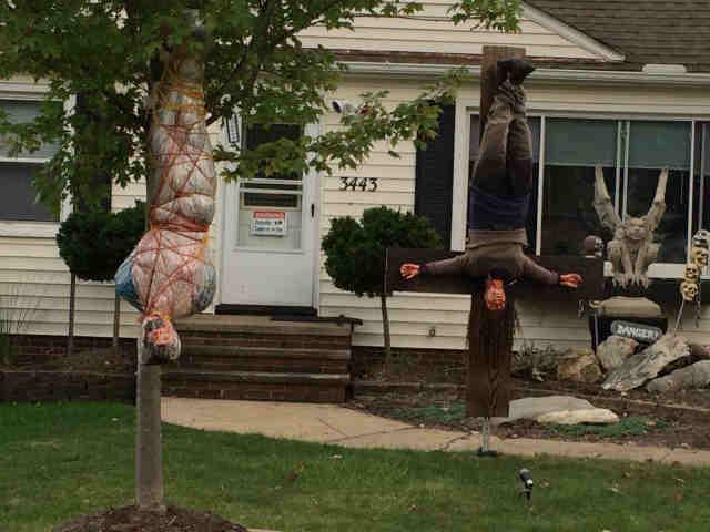 Graphic halloween decorations drawing complaints 911 for Decoration halloween exterieur fait maison