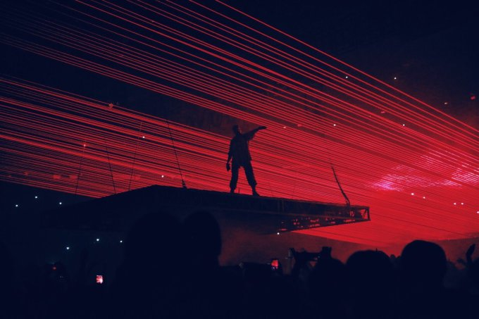 Kanye West Perfoms