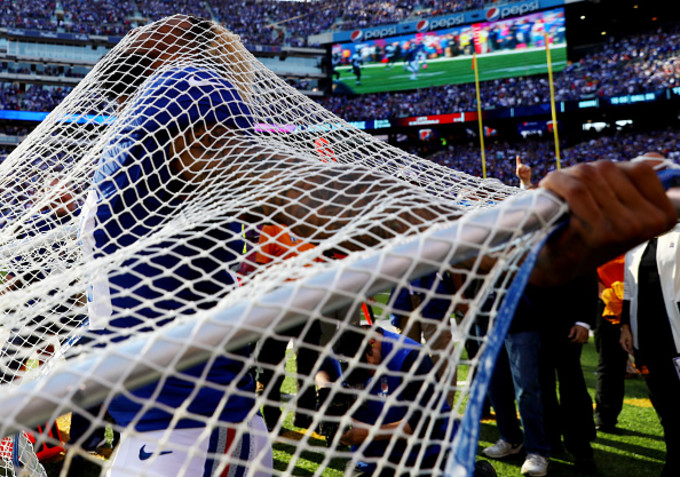 Odell Beckham, Jr. kisses kick net on sidelines