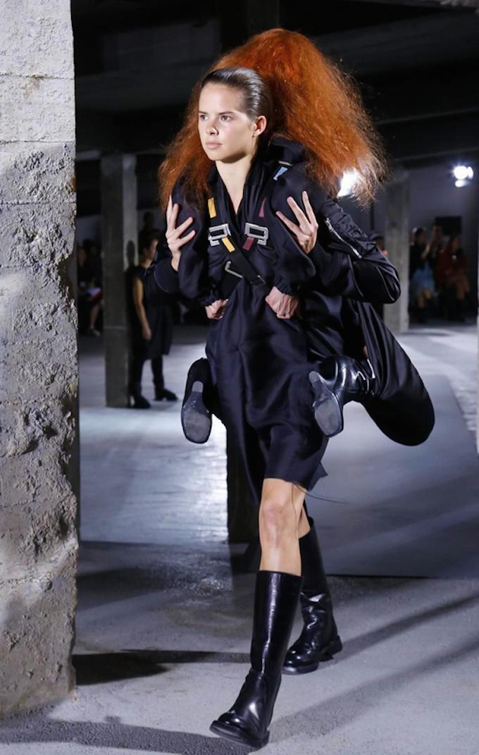 Rick Owens Sends Models Carrying Models Down Springsummer -6366