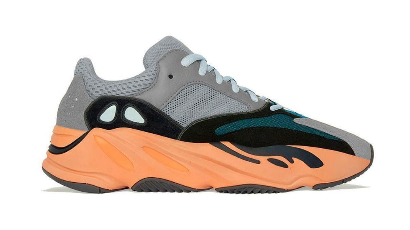 Modelo lateral Adidas Yeezy Boost 700 'Laranja Quente'