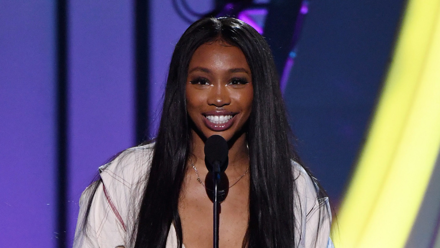 SZA presents the Legend Award onstage during the 2018 Soul Train Awards