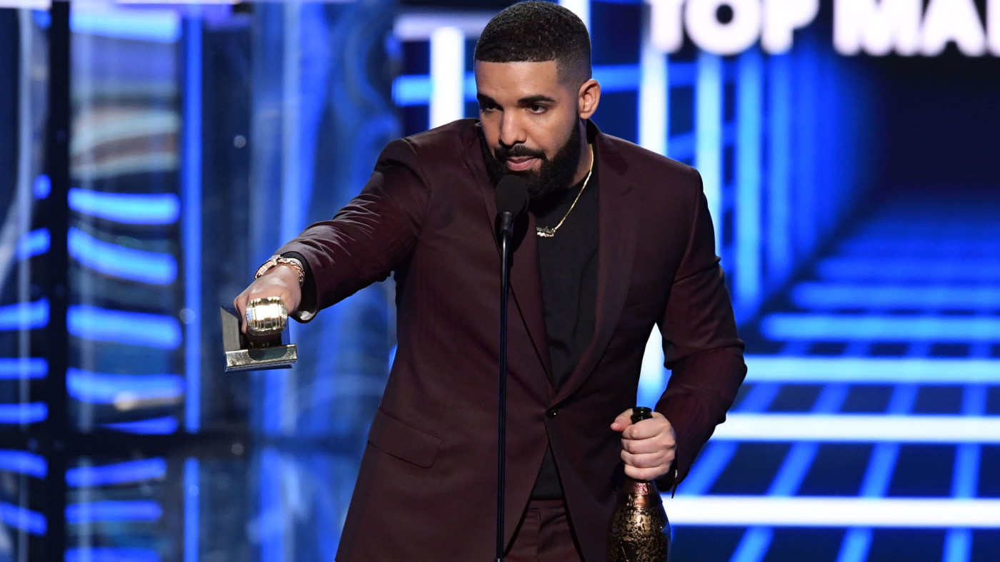 Drake accepts the Top Male Artist award during the 2019 Billboard Music Awards.