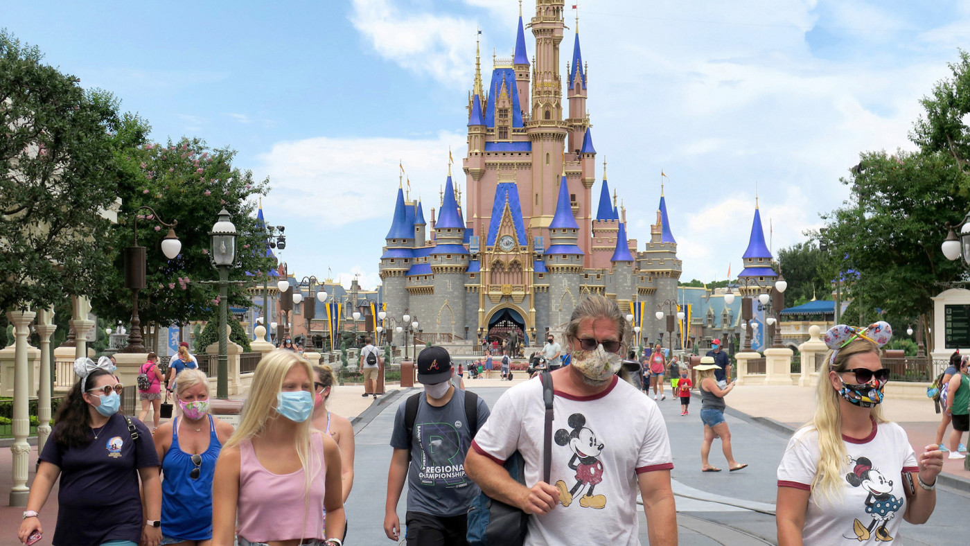Los visitantes del Magic Kingdom en Walt Disney World en Lake Buena Vista, Florida.