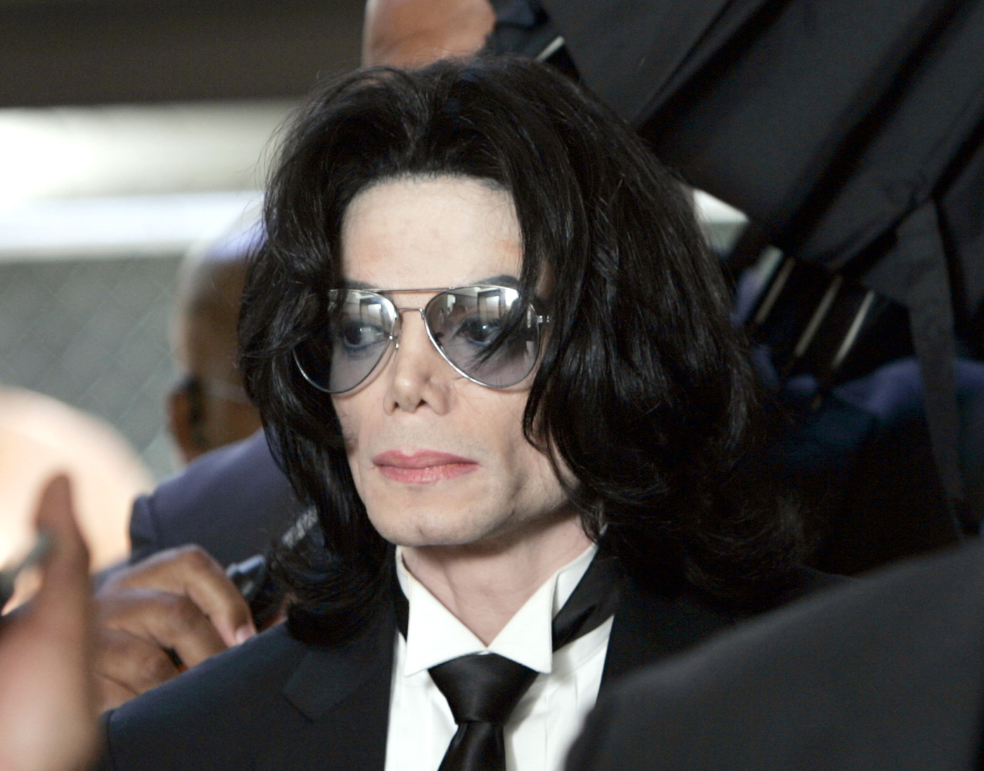 Michael Jackson prepares to enter the Santa Barbara County Superior Court