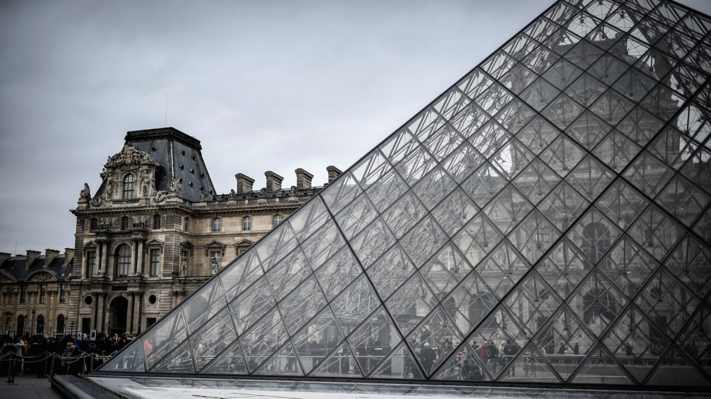People queue at the Pyramide du louvre entrance