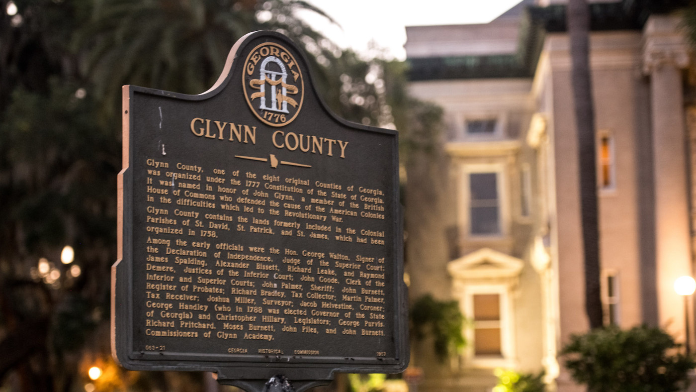 A marker stands in front of the historic Glynn County courthouse.