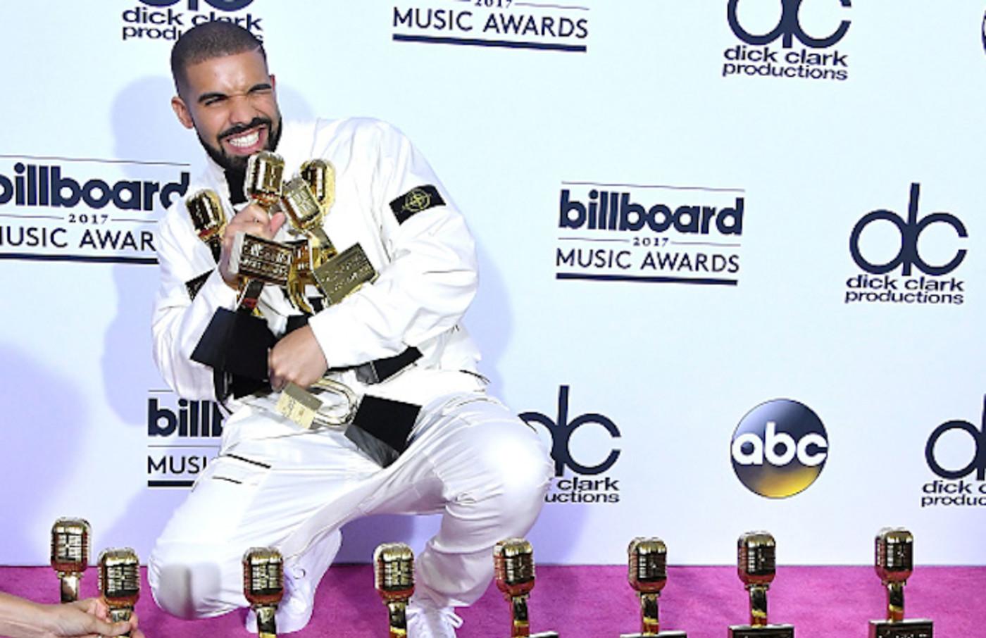 Drake poses at the 2017 Billboard Music Awards