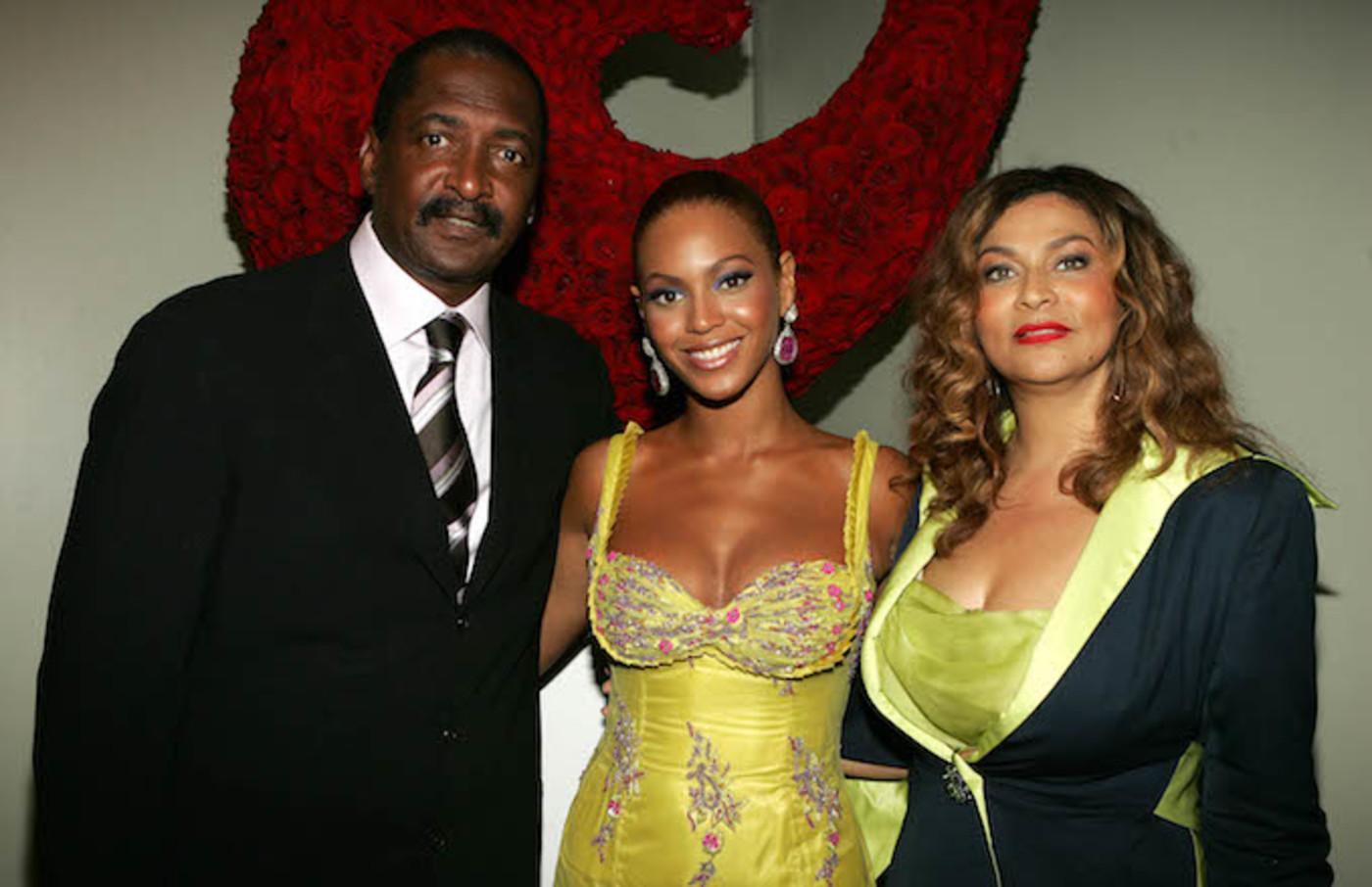 Matthew Knowles poses with Beyoncé and Tina.