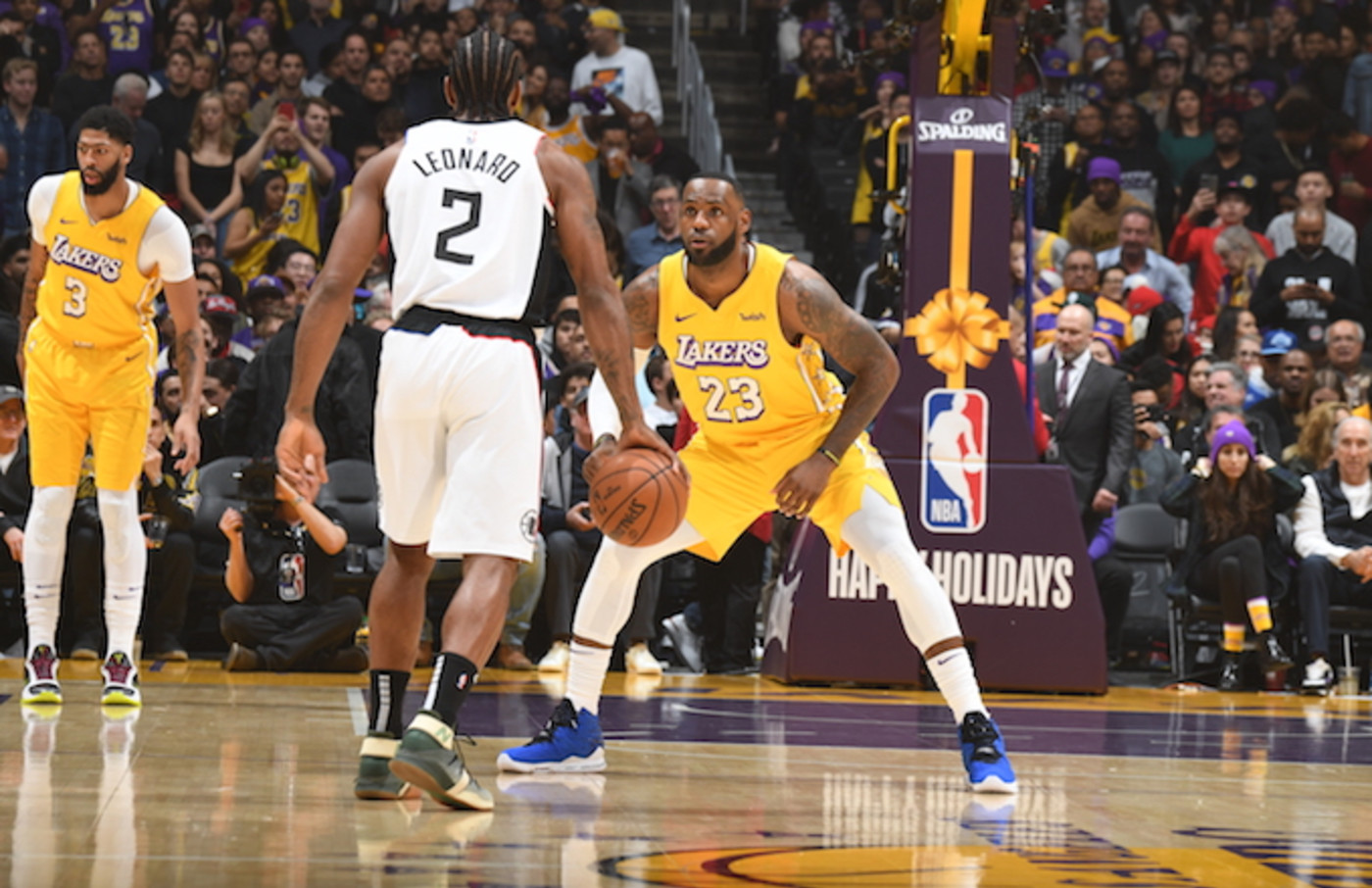LeBron James plays defense against Kawhi Leonard during Lakers/Clippers game.