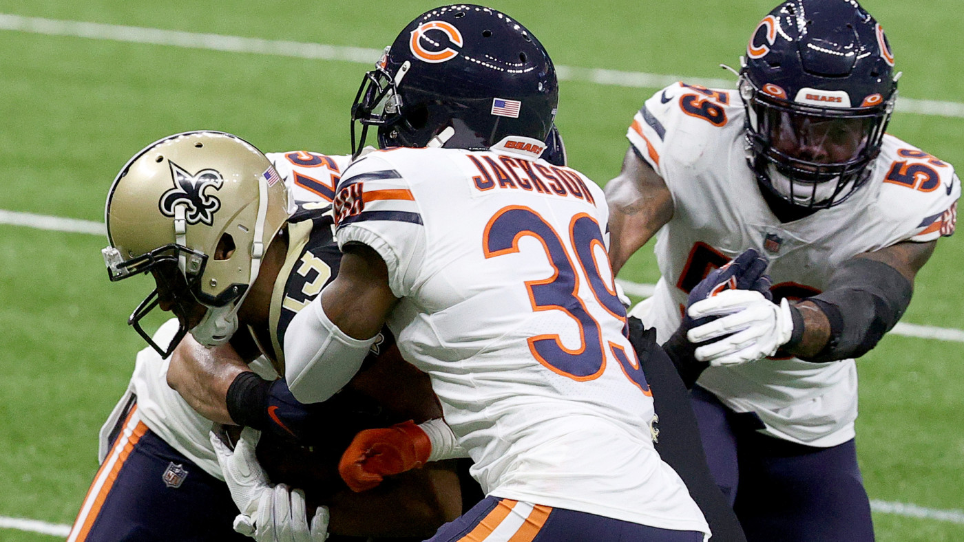 Bears players tackle Michael Thomas of the New Orleans Saints.