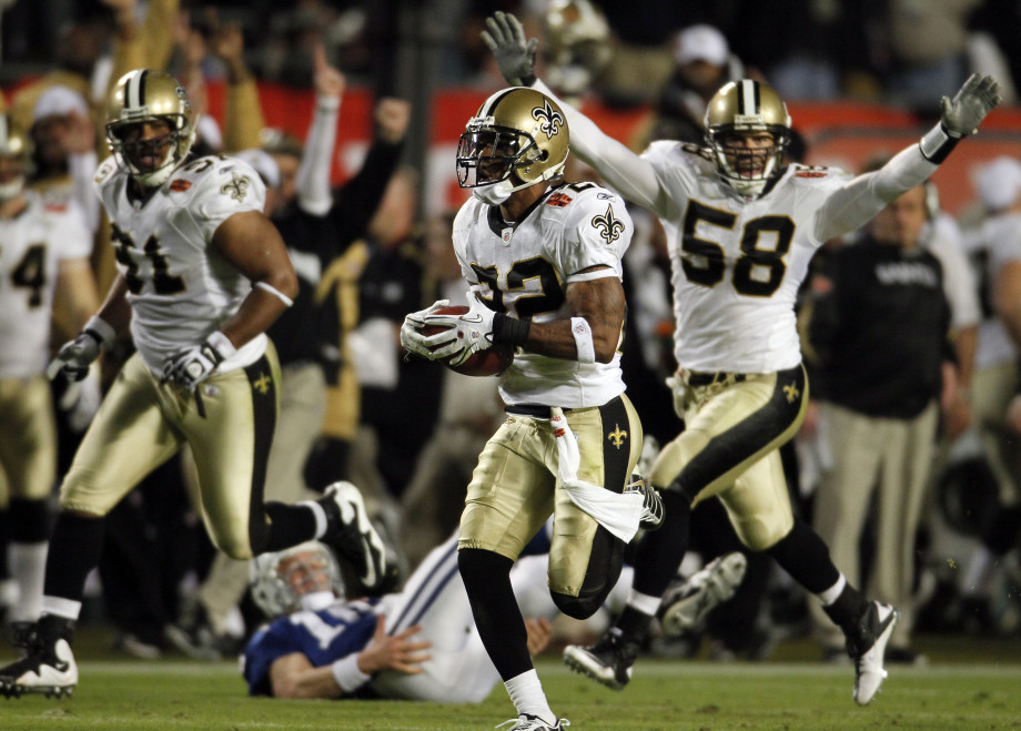 Saints players returning interception for a touchdown in Super bowl XLIV