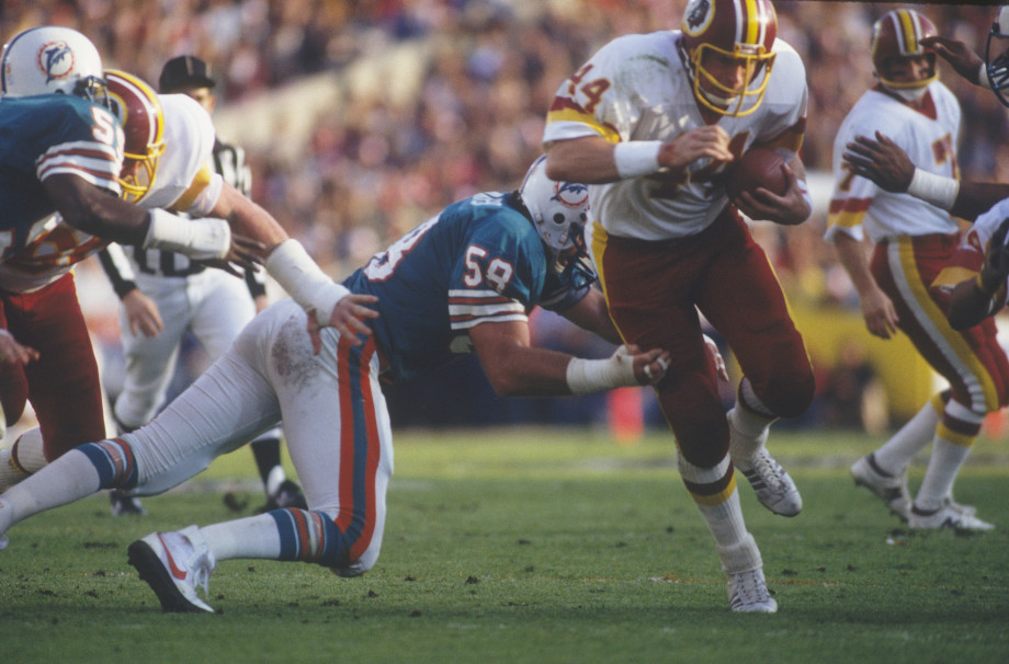 John Riggins outrunning a Dolphins defender in Super Bowl XVII