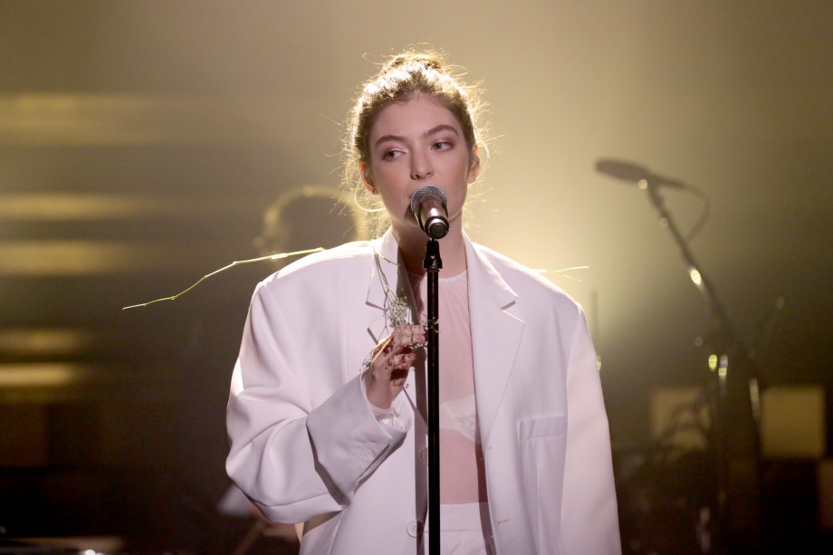 lorde-white-suit