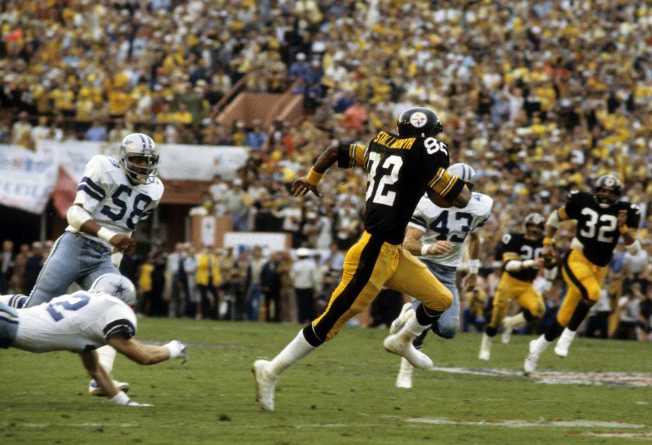 Steelers wide receiver runs toward end zone for touchdown in Super Bowl XIII