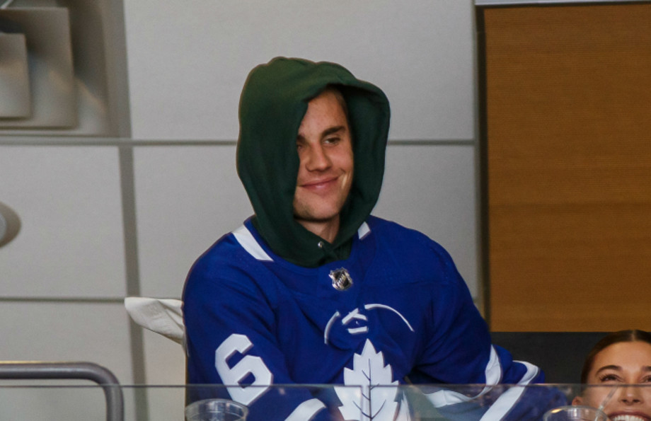 Hailey Baldwin and Justin Bieber take in the Toronto Maple Leafs
