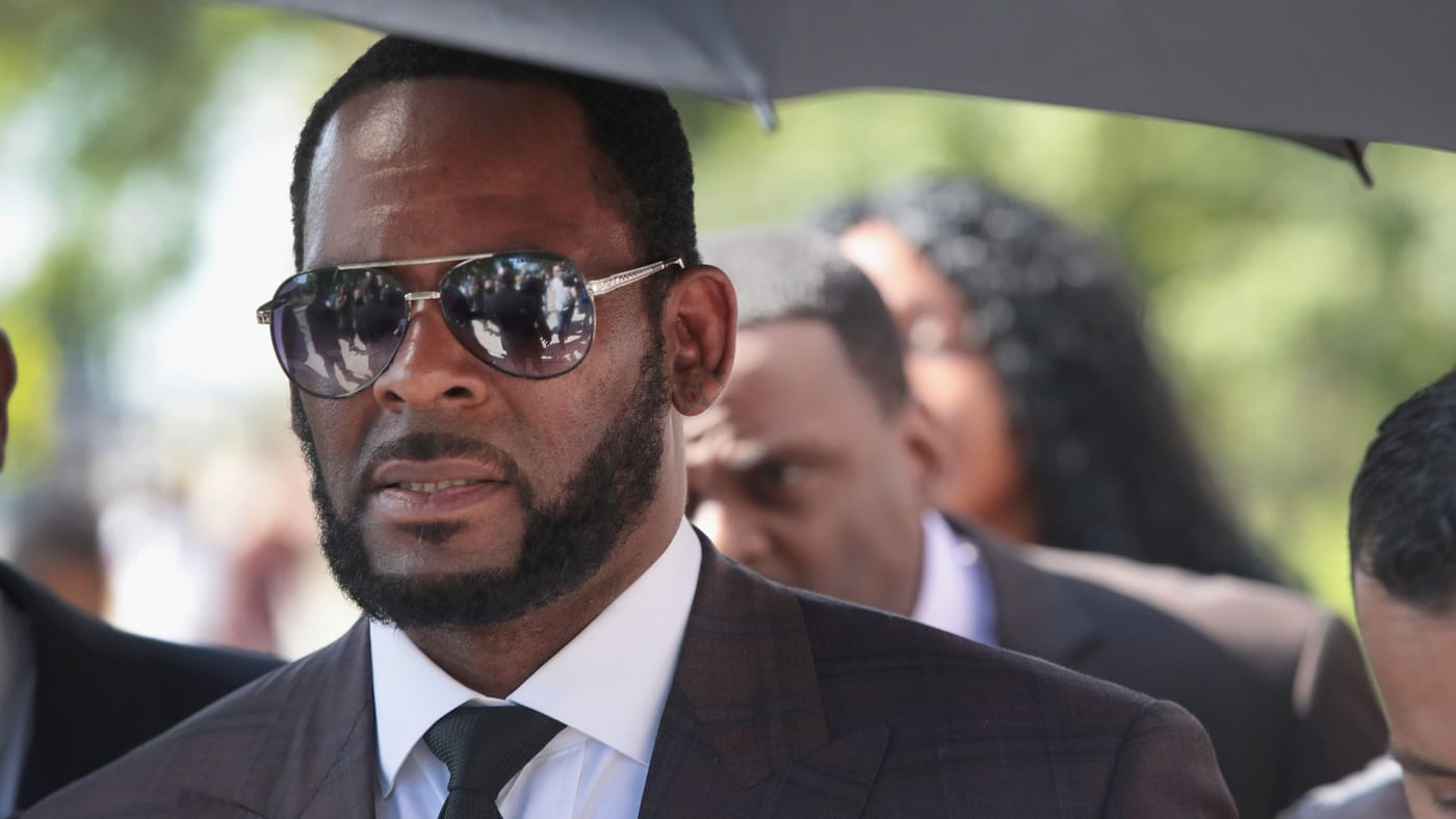 R. Kelly leaves a hearing in 2019