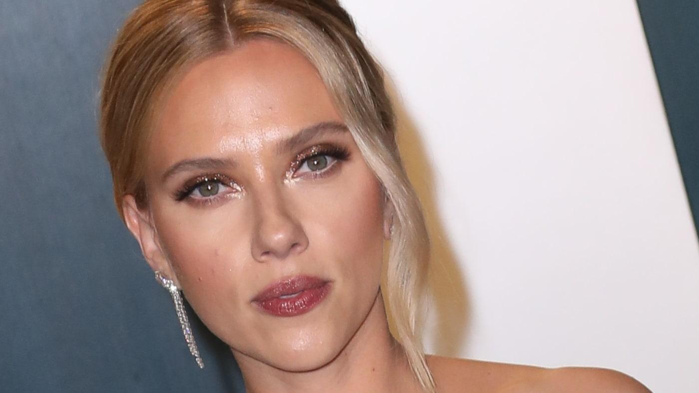 Scarlett Johansson attends the 2020 Vanity Fair Oscar Party.