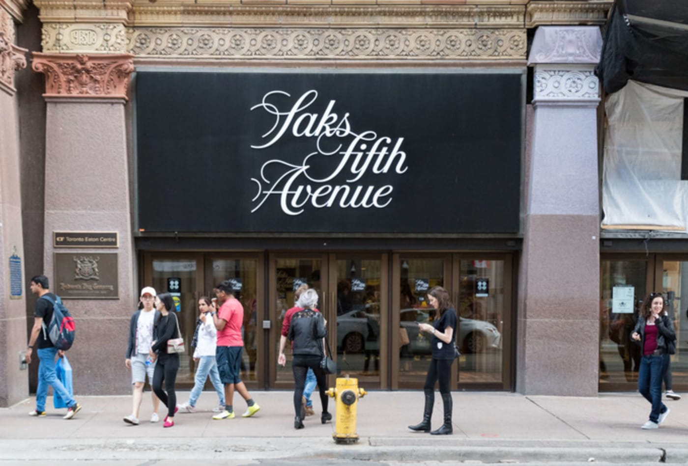 Saks Fifth Avenue sign logo