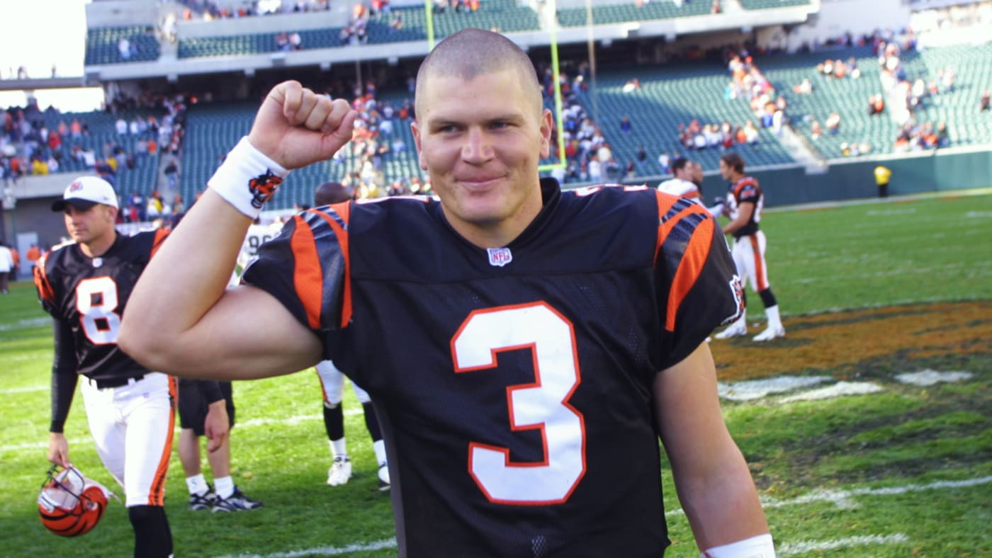 Jon Kitna leaves the field after the game against the Cleveland Browns.