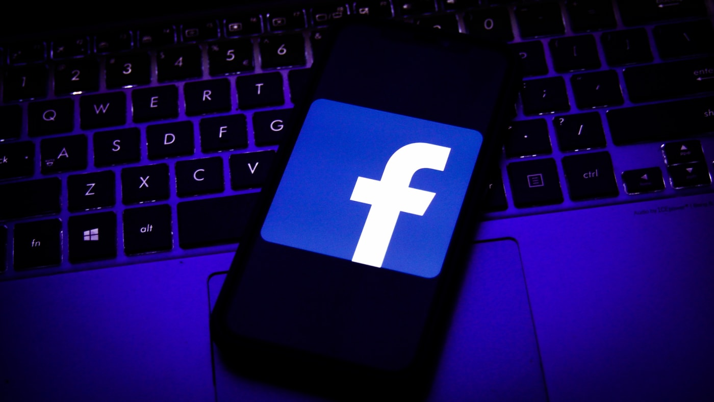 Logo of Facebook displayed on a smartphone screen and keyboard.