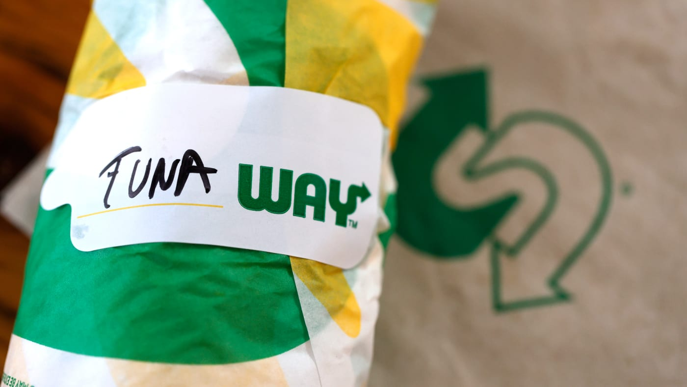 A label is displayed on a tuna sandwich from Subway.