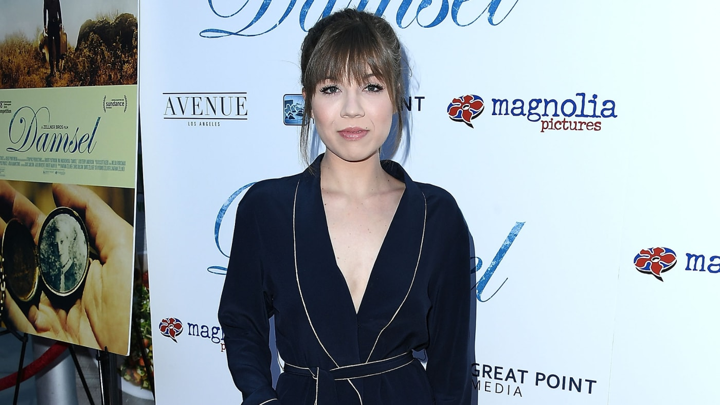 Jennette McCurdy appears on red carpet for a premiere.