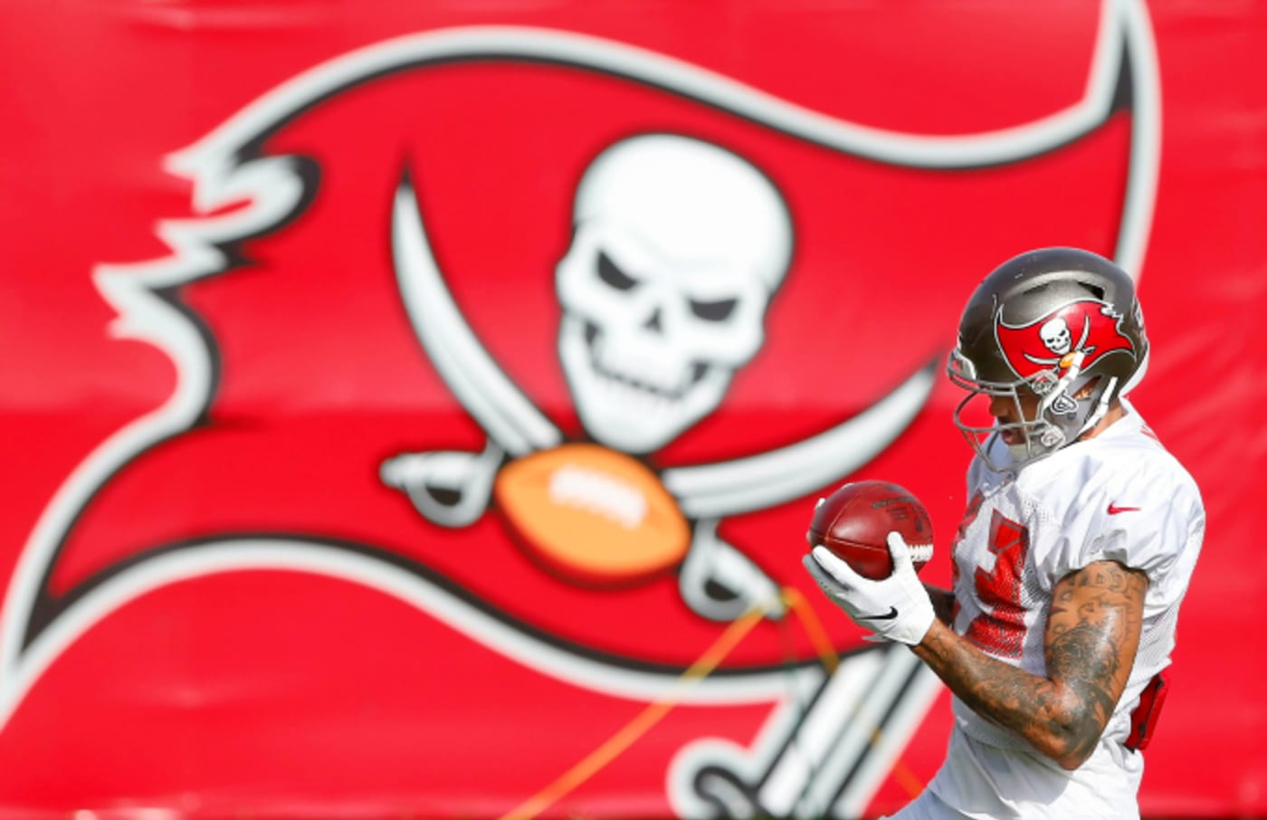 Mike Evans (13) makes a catch in front of the Bucs logo