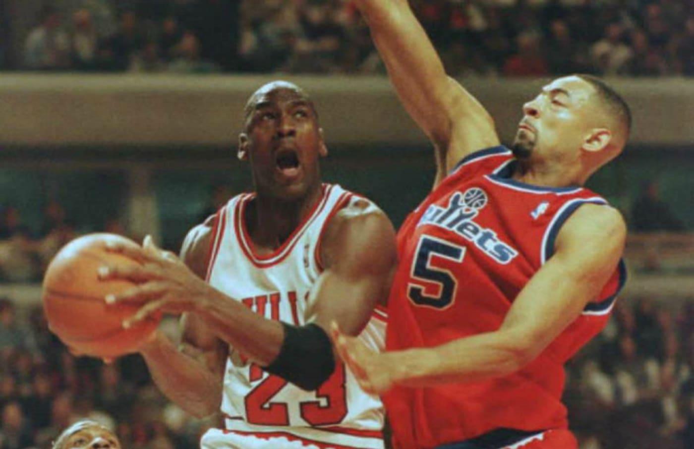 Chicago Bulls guard Michael Jordan(L) goes up for a basket against Juwan Howard