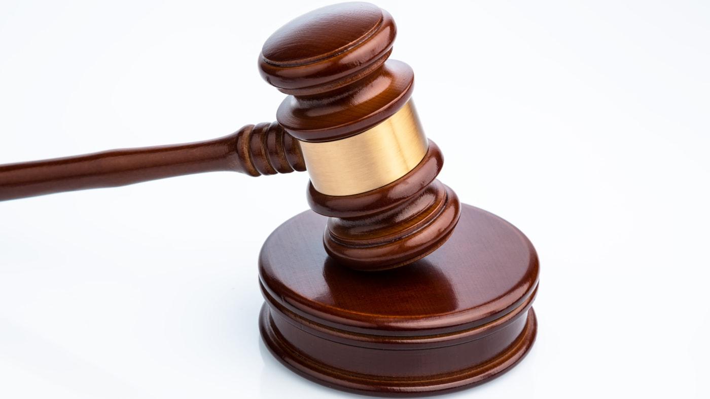 Richterhammer (Gavel) auf weißem Hintergrund. Symbolfoto für Gerechtigkeit.