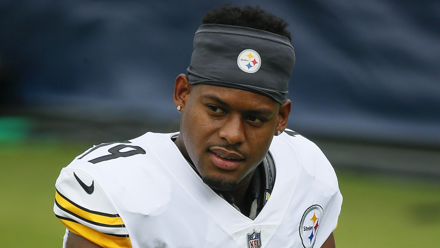 JuJu Smith Schuster #19 of the Pittsburgh Steelers warms up