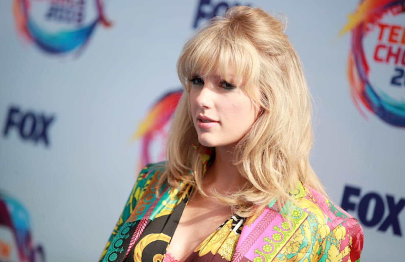Taylor Swift attends FOX's Teen Choice Awards 2019.