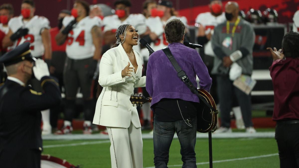 Посмотрите, как Джазмин Салливан и Эрик Черч исполняют национальный гимн перед Super Bowl LV