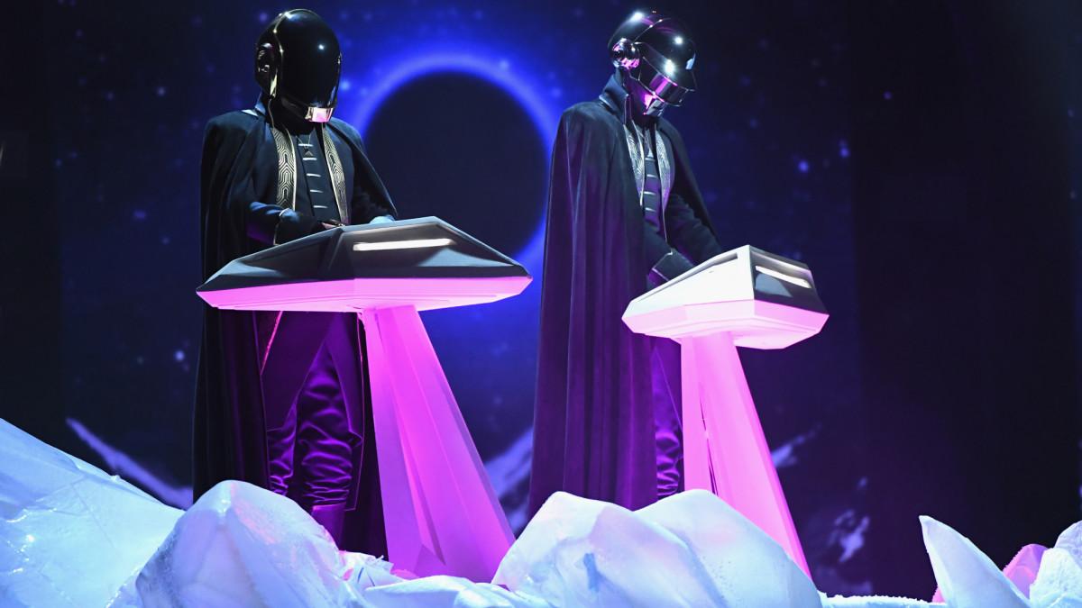 Поклонники Daft Punk чтят французский электронный дуэт после сплита