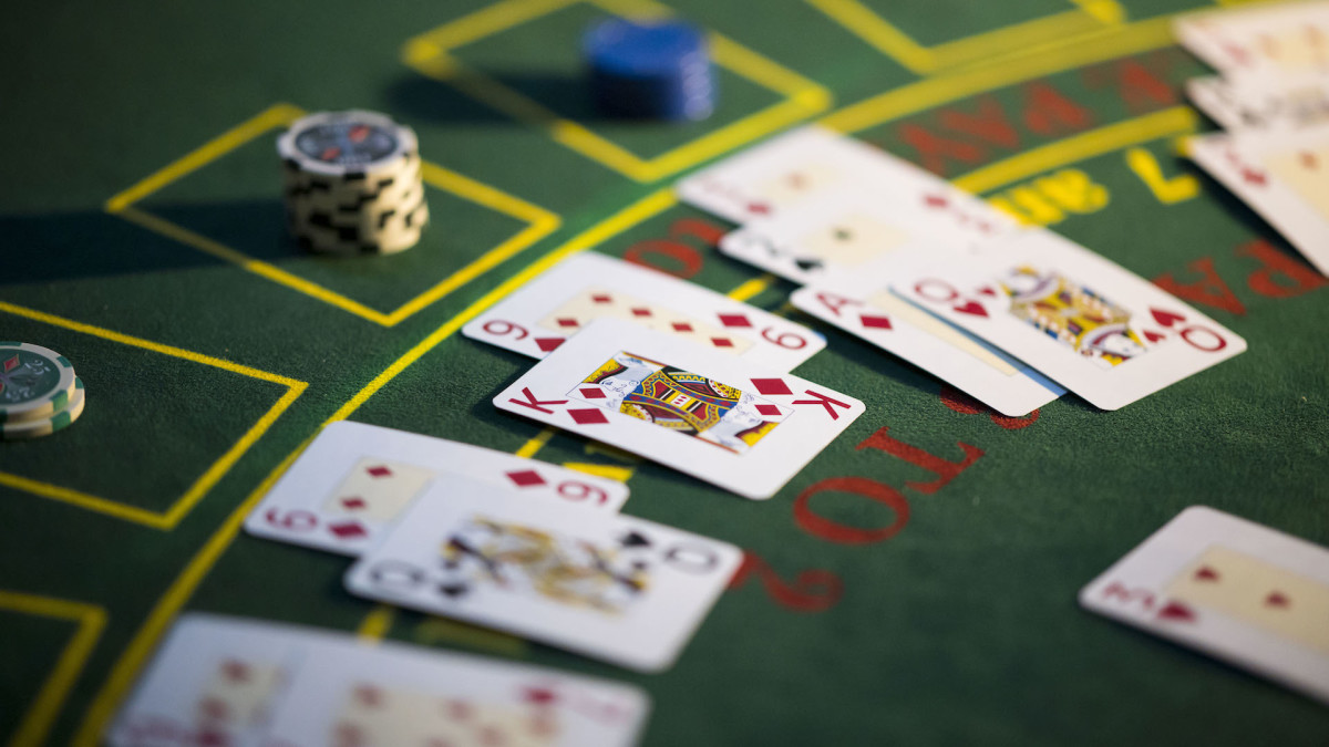 Gamblers Think This Partitioned Poker Table to Combat COVID-19 Is Terrible  | Complex