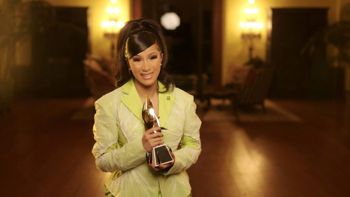 Cardi B получила награду Billboard «Женщина года» от мамы Бреонны Тейлор
