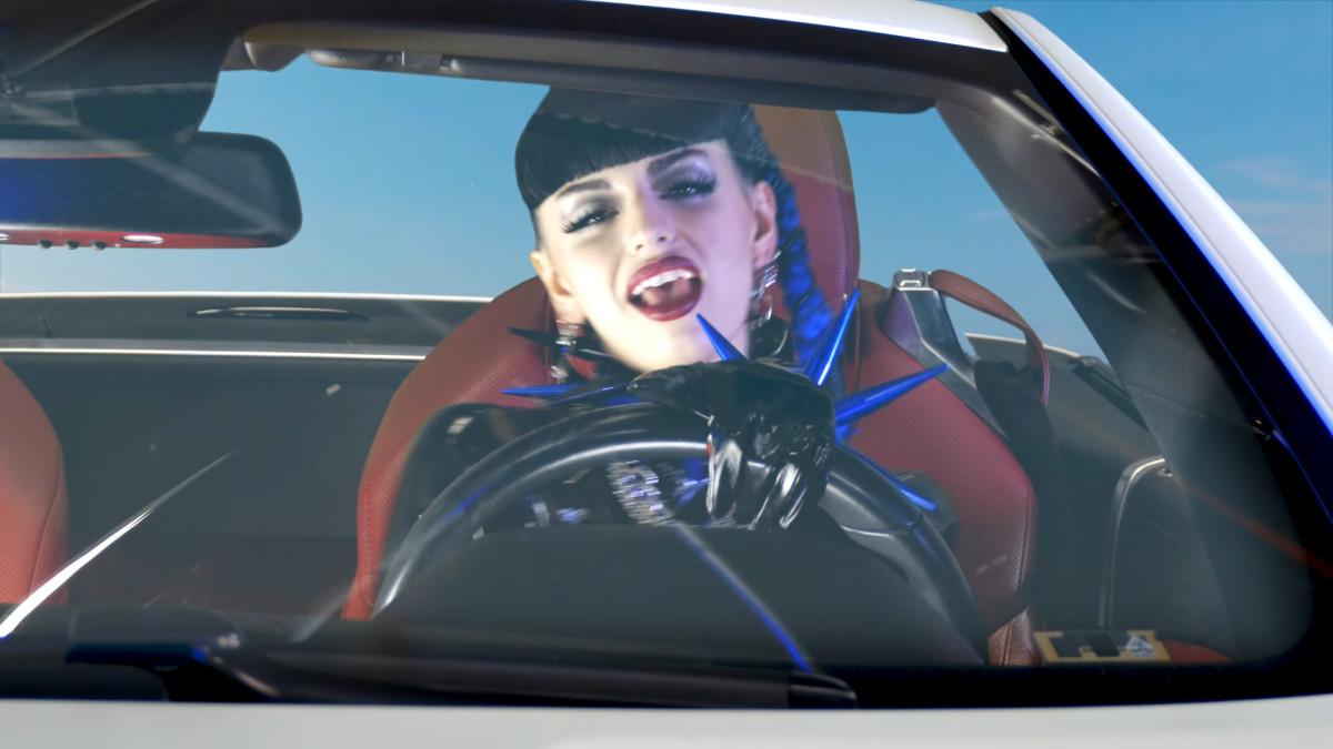 Ребекка Блэк роняет ремикс «Friday» в честь своего десятилетия