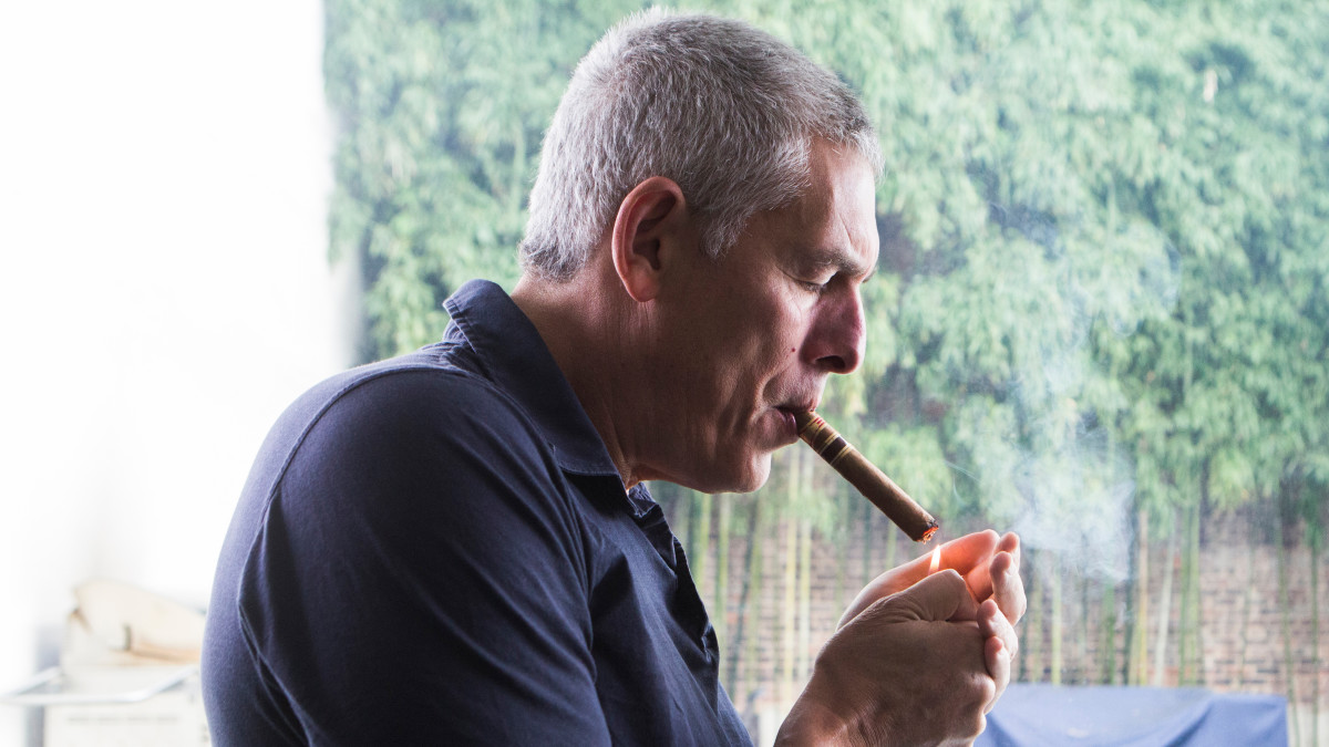 Lyor Cohen röker en cigarett (eller weed)